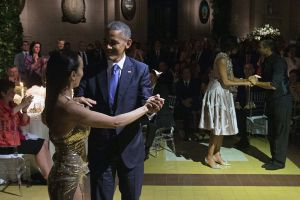 Obama bailó tango en Argentina (video)