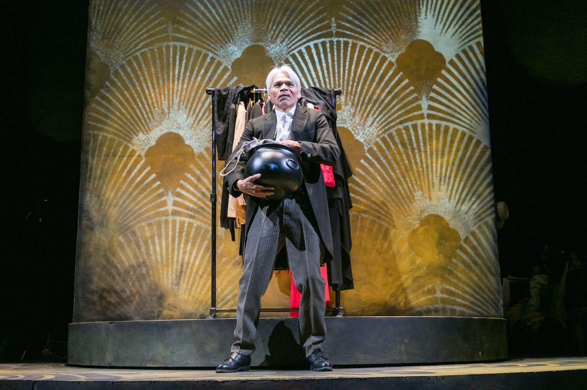 'La olla' transforma Plauto en un musical teatral con toque latino