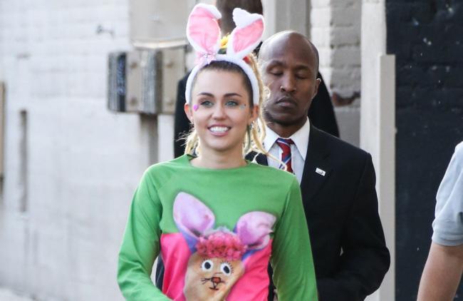 Miley Cyrus luce como 'Hannah Montana' en la serie de Woody Allen (foto)