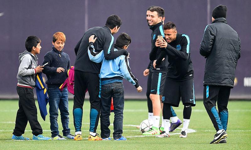 """Niños """"asaltan"""" entrenamiento del Barcelona"""