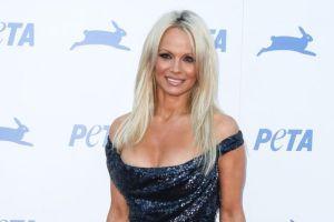Pamela Anderson se desnuda a sus 52 años para promocionar una línea de bolsos veganos