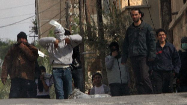 El gobierno sirio usó la fuerza militar para intentar aplastar a la disidencia.