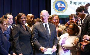 Gobernador de California asigna $30 millones para DACA y ciudadanía
