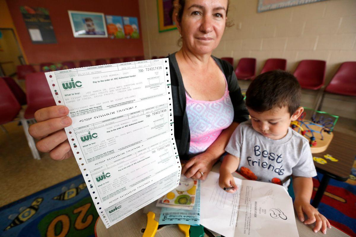 Orden ejecutiva castigaría a inmigrantes legales por uso de beneficios