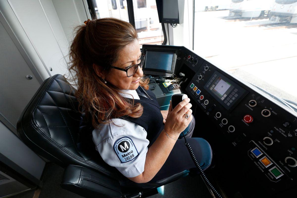 La operadora de trenes, Gladys Reilly, de El Salvador, es una de las 26 latinas que trabajan en este rubro.  (Photo Aurelia Ventura/La Opinion)