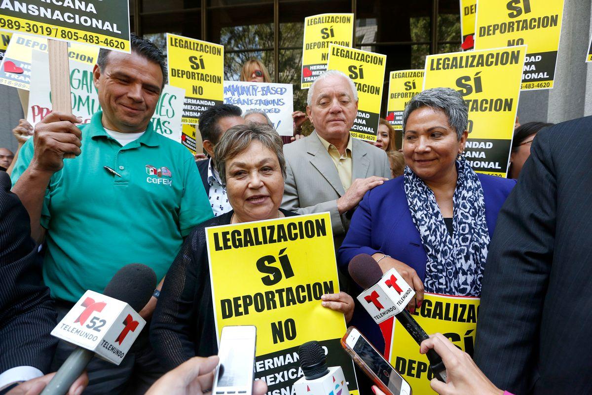 Decenas de simpatizantes rodean a Gloria Saucedo tras su triunfo en el tribunal.