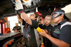 Cómo evitar que se acumule lodo debajo del auto y te arruine el chasis