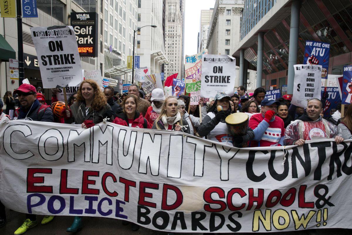Maestros de Chicago protestan por recortes a la educación