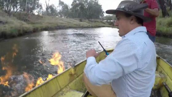 """El australiano que incendió un río para """"demostrar"""" que había gas metano (video)"""