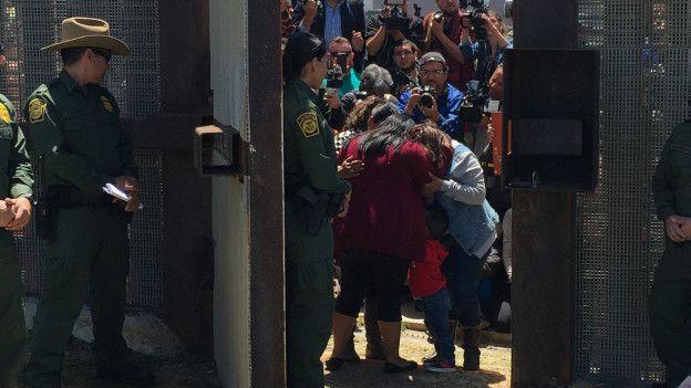 En la frontera: El abrazo entre una madre y una hija separadas desde hace 6 años