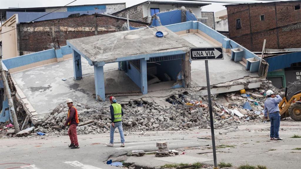 Bomberos y rescatistas trabajan en la zona del desastre y continúan encontrando cuerpos bajo los escombros.