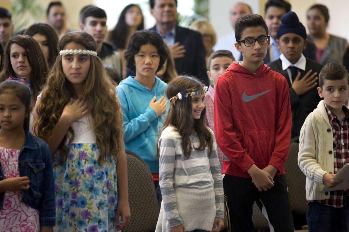 Niños y adolescentes se hacen ciudadanos en ceremonia especial