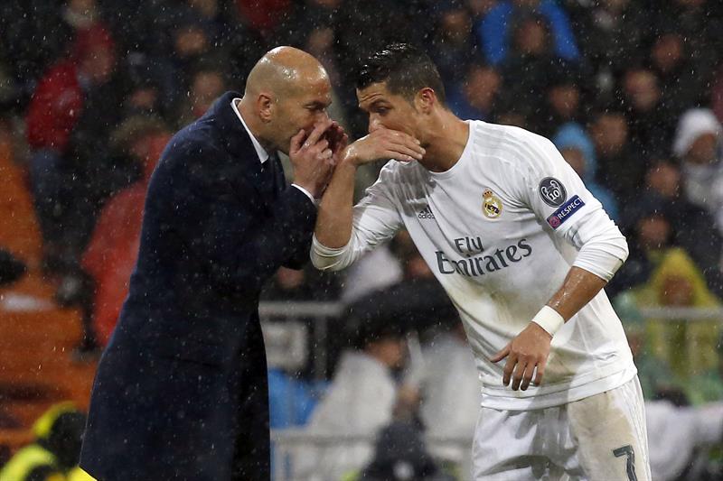 """""""Cristiano, pedazo de gol acabas de hacer, hasta rompí mis pantalones!"""" parece decirle Zidane a 'CR7'."""