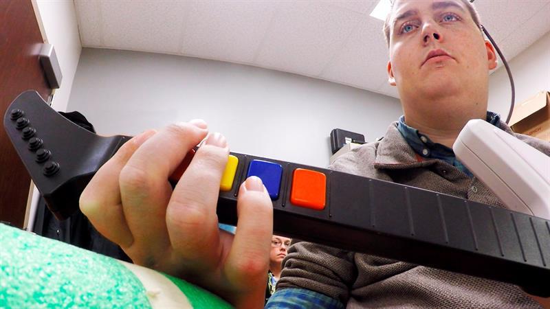 Tetrapléjico vuelve a tocar guitarra gracias a un chip cerebral