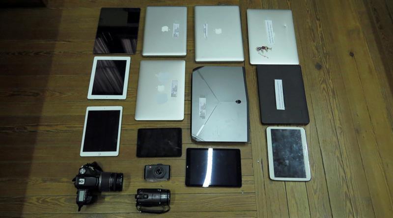 Fotografía cedida por el Ministerio del Interior de Uruguay que muestra varios computadores y tabletas digitales allanadas al narcotraficante Gerardo González Valencia.