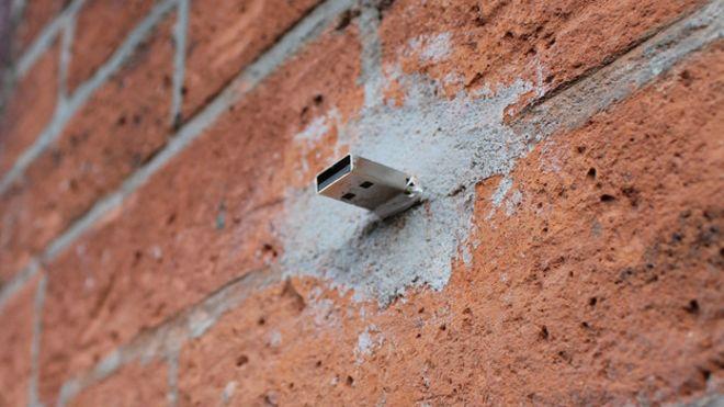 Observa bien los muros: puedes hallar un USB con información oculta