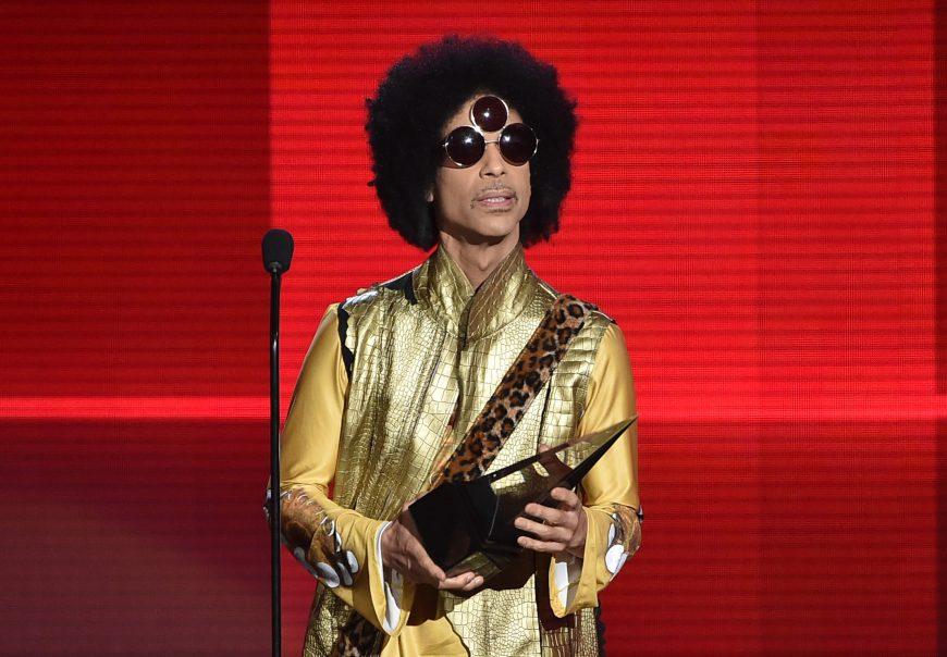 El cantante Prince en el escenario de los 2015 American Music Awards, en el Microsoft Theater de Los Angeles, California.