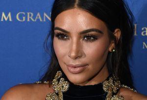 Kim Kardashian vuelve a posar en ropa interior y viste sus tremendas curvas de blanco