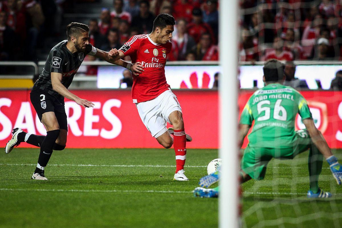 Video: la rabona de Raúl Jiménez que casi termina en golazo en el Benfica-Guimaraes