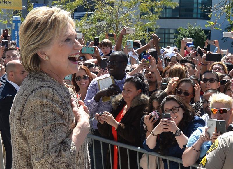La precandidata presidencial demócrata Hillary Clinton ante sus seguidores. Tiene especial arrastre entre las mujeres.