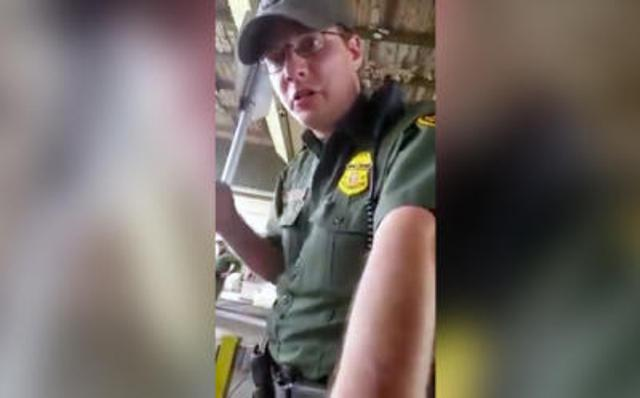 La respuesta que dejó calladito al agente migratorio que cuestionó no hablar inglés