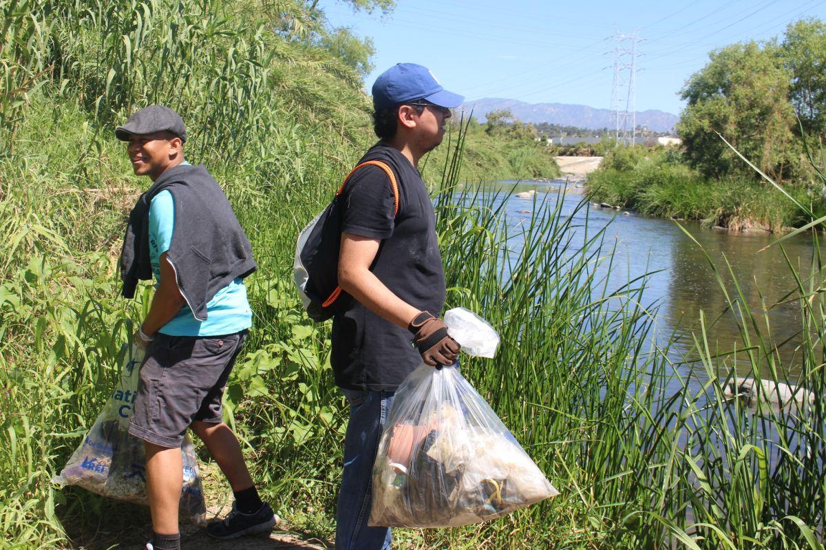 """Voluntarios  hacen una """"Gran Limpieza"""" al Río Los Ángeles (fotos)"""