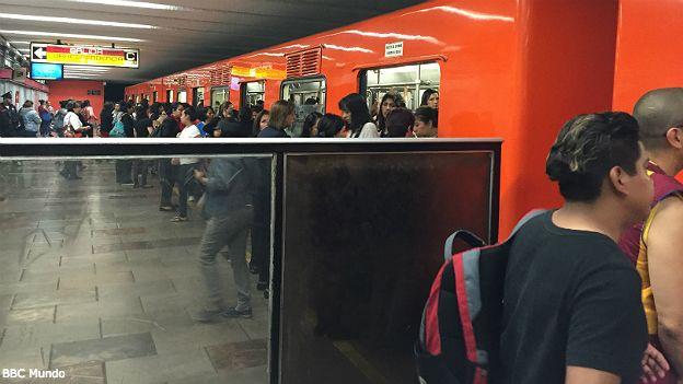 El metro de la capital cuenta con vagones exclusivos para mujeres.