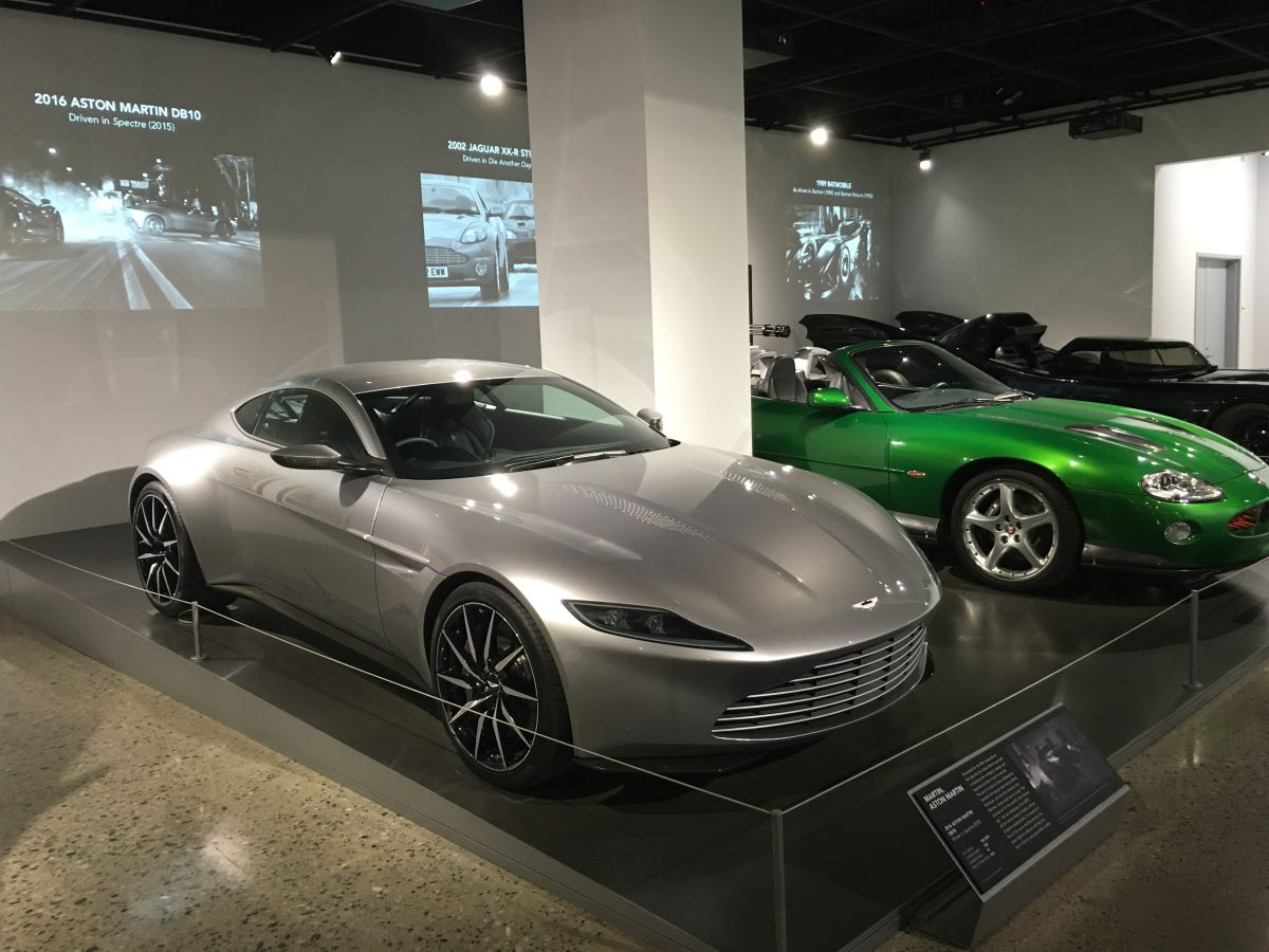 El Petersen Automotive Museum repasa la historia de varios vehículos de cine. En la imagen, dos usados en la saga de James Bond (a la izq., el Aston Martin de 'Spectre').