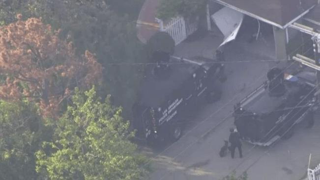 VIDEO: SWAT derriba cochera para arrestar a hombre armado