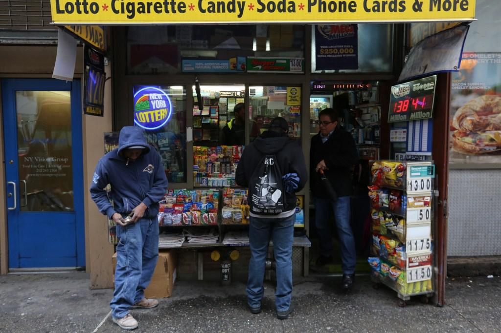 Powerball se juega ese Sabado 7 de Mayo con sumas millionarias, los neoyorquinos hacen fila. Photo Credito Mariela Lombard/El Diario NY.