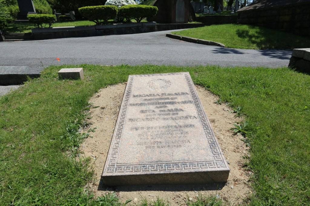 Mercedes de Acosta esta enterrada en el Cementerio Trinity. Nuestros Barrios en Washington Heights. Photo Credito Mariela Lombard/El Diario NY.