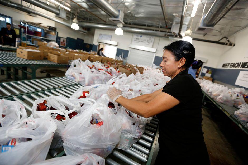 California llama a voluntarios para ayudar a las comunidades en la crisis de COVID-19