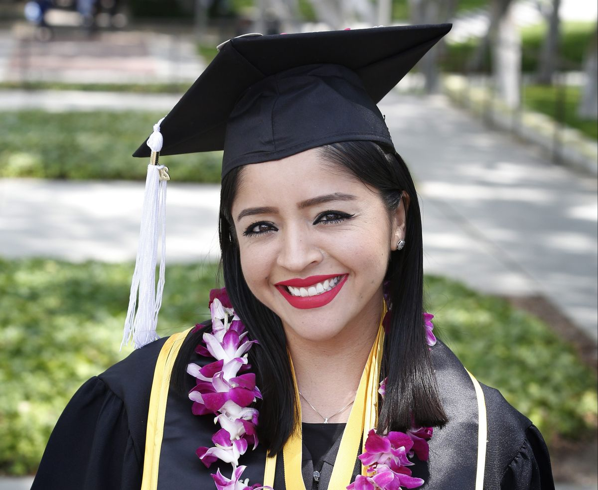 """Con diploma en mano, DREAMers demuestran que no son """"flojos, criminales, narcos"""""""