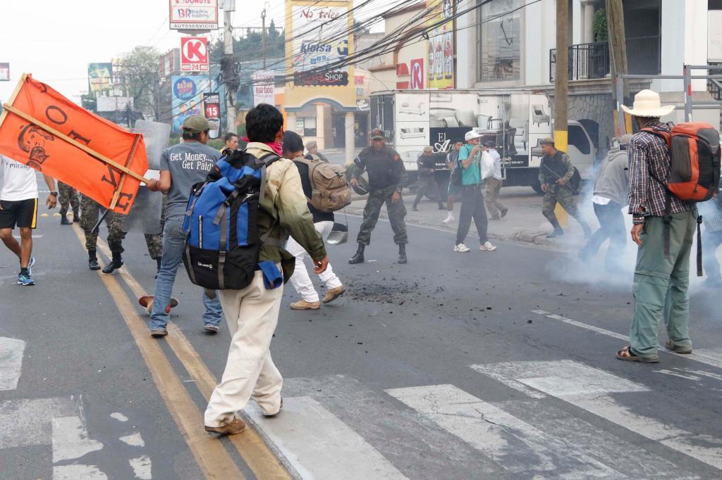 """""""Nosotros hemos venido pacíficamente a exigir justicia para nuestra compañera Berta Cáceres -defensora de derechos humanos y ambientalista asesinada el 3 de marzo- y nos han reprimido con gas y golpes con toletes"""", dijo a periodistas una mujer manifestante que solamente se identificó como Waleska Vigil."""