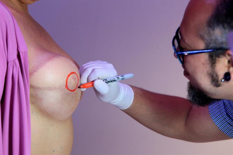El artista que regala tatuajes de pezones a sobrevivientes de cáncer de seno
