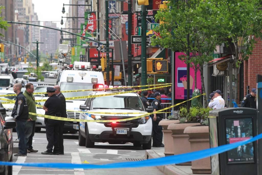 Investigadores cerraron varias calles de los alrededores del lugar donde ocurrió la balacera.