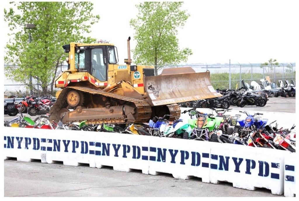 Momentos en que una de las maquinarias destruye las motocicletas