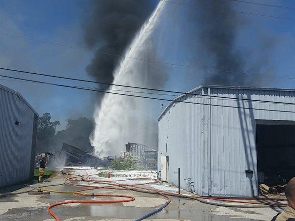 Casi 200 bomberos controlan incendio cerca de una escuela de Houston