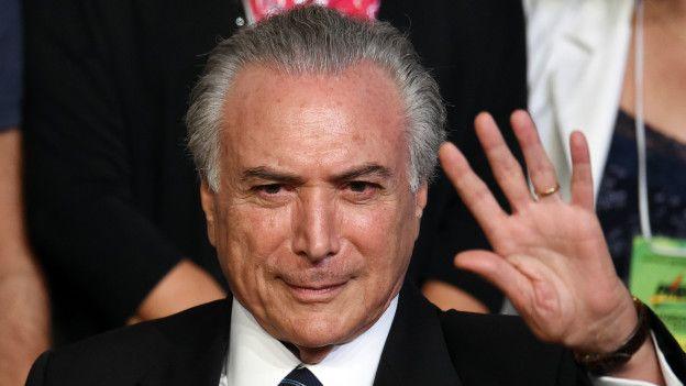 Image copyrightAFP Image caption Temer sustituiría a Rousseff de forma interina si se abre un juicio político.