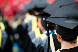 Video muestra cómo niegan el diploma de graduación a un estudiante por usar la bandera de México