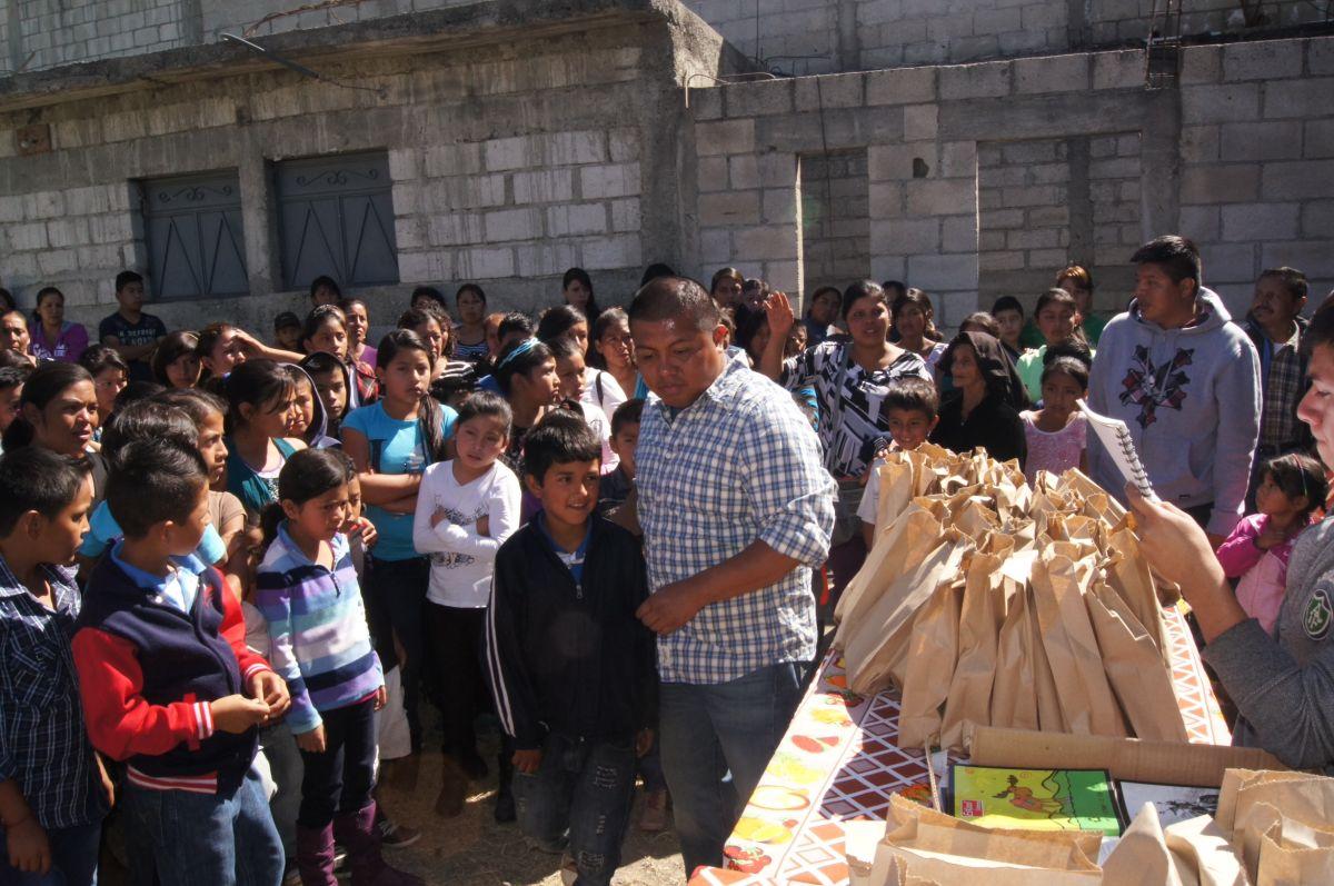 Domingo Tomas, veterano del Ejército, durante la entrega de paquetes escolares a niños pobres en Guatemala en diciembre pasado