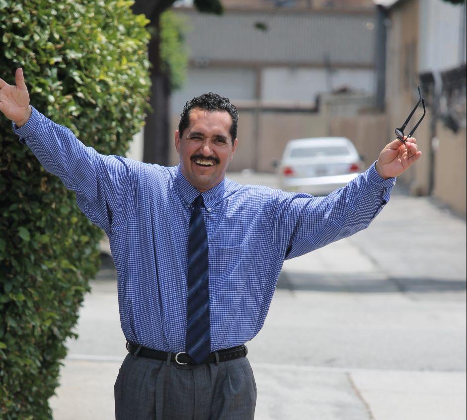 Hombre liberado tras 16 años encerrado por error demanda a la ciudad de Los Ángeles