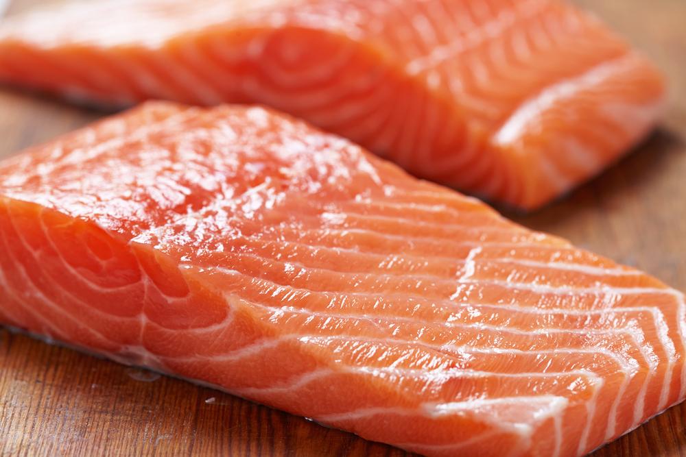 Cliente de un H-E-B comparte imágenes de una lombriz que encontró en el salmón que compró