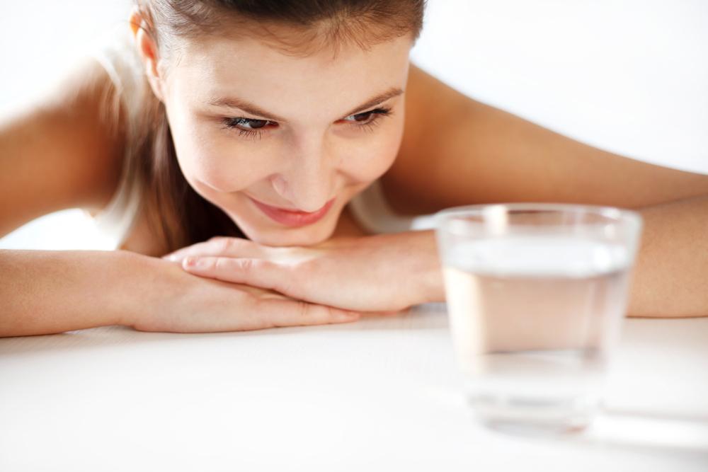 Cinco maravillas de beber agua en ayunas