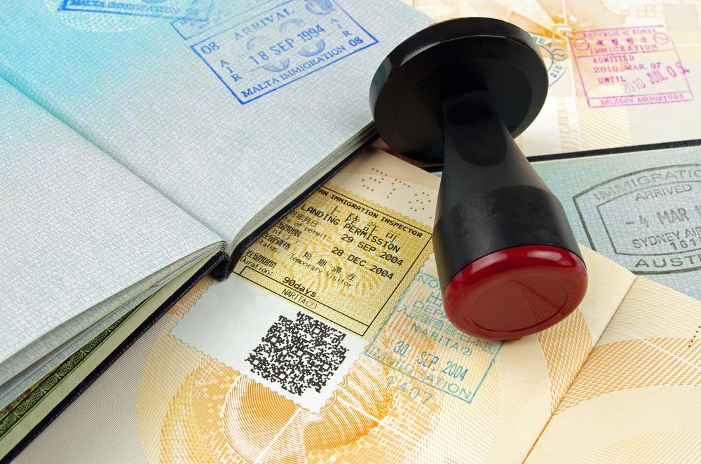 Esquina migratoria: arresto por actos lascivos y solicitud de residencia por parte de esposa