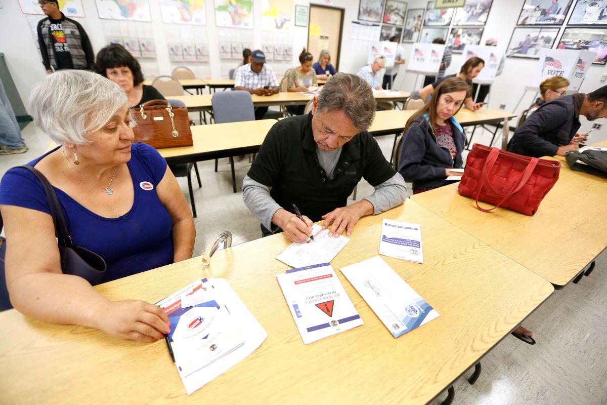 06/01/16/ LOS ANGELES/ Early voters Gerardo Muñoz and wife Ruthie cast their ballots at the Los Angeles County Registrar of Voters office in Norwalk. (Photo Aurelia Ventura/ La Opinion)