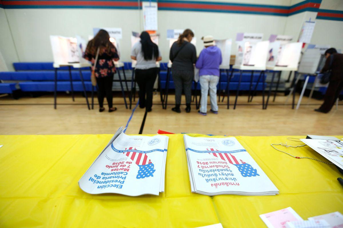 Los angelinos votan durante la elección estatal de California en Los Ángeles.