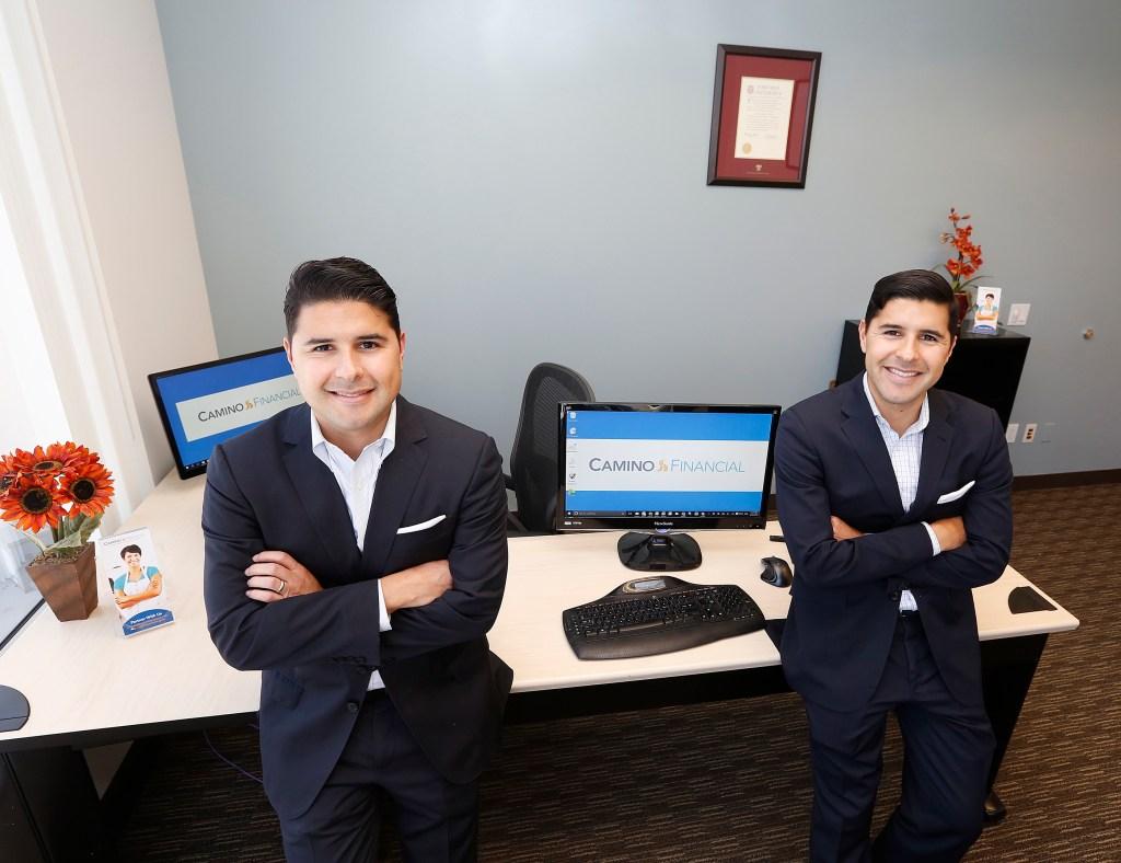 Kenny (derecha) y Sean Salas, hermanos gemelos mexicanos co fundadores de Camino Financial en Glendale. / Aurelia Ventura