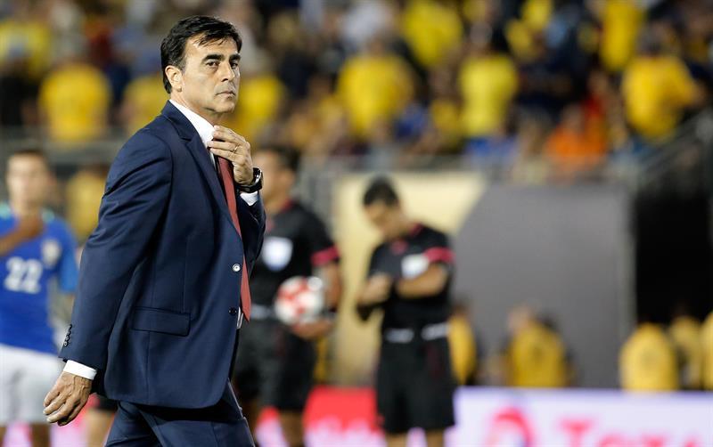 Gustavo Quinteros abandona el terreno de juego tras el partido ante Brasil.