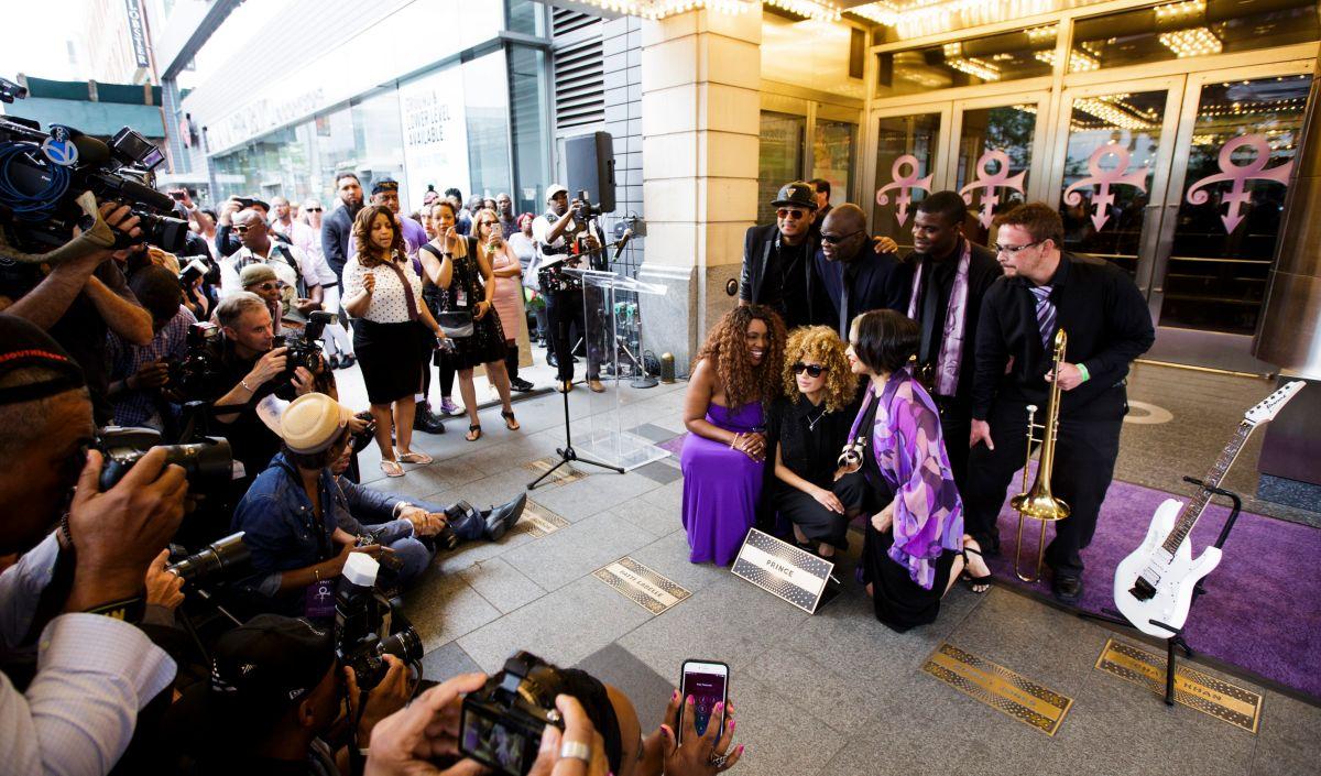 El lunes tuvo lugar la ceremonia donde se agregó al músico estadounidense Prince en el Paseo de la Fama del teatro Apollo.